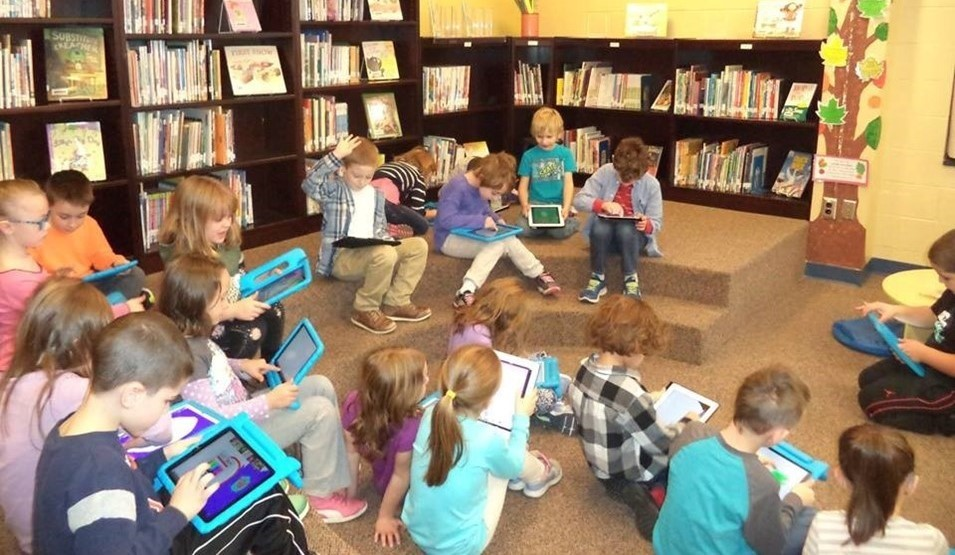 1st graders in iPads